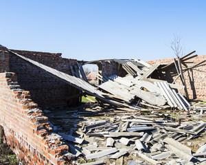 старое разваленное строение