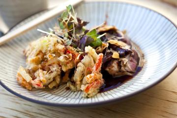 Plat japonais avec du bœuf et tempura de légumes