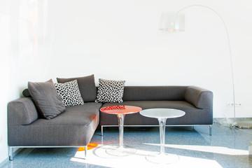 Moderne Sitzecke mit Tisch und Stehlampe