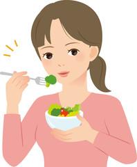 サラダを食べる若い女性