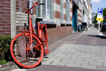Photo sur Aluminium Velo red bicycle parked