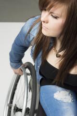 junge Frau/Mädchen im Rollstuhl