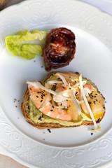 Toast, guacamole, crevettes et pamplemousse