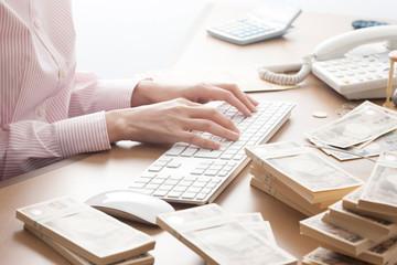 事務机とお金と女性