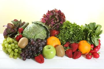 frutta e verdura su sfondo colorato