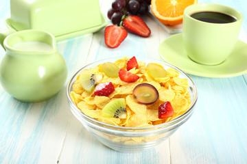 prima colazione corn flakes con frutta latte e caffe