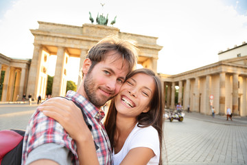 Aufkleber - Happy couple selfie, Brandenburg Gate, Berlin