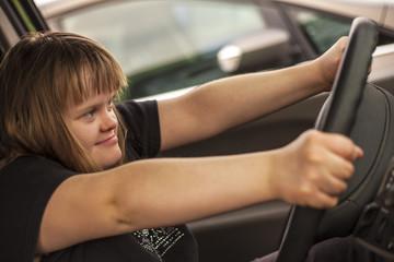 jeune fille trisomique au volant d'une voiture