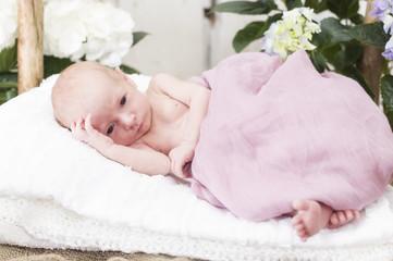 Newborn Baby liegend auf der Seite