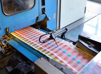 ferige Prospekte in Druckerei // printing machine