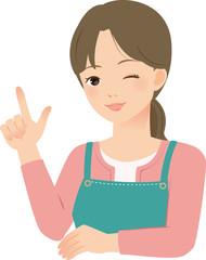 笑顔で指さすエプロン姿の女性