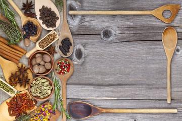 Frische Gewürze und Kräuter mit Kochlöffeln