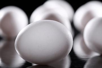 Rohe weiße Eier im Licht Schatten Spiel