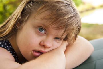 portrait de jeune fille trisomique