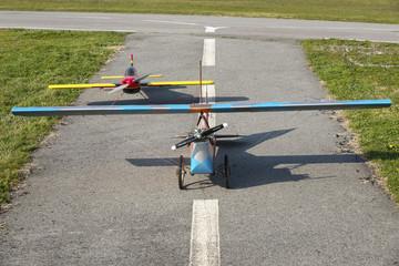 Deux avions modèle réduit