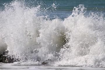 brise-lames sur la côte atlantique