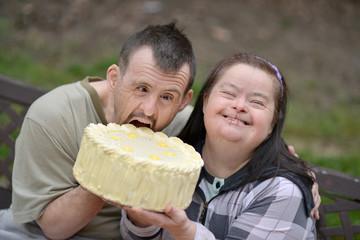 couple trisomique mangeant la tarte