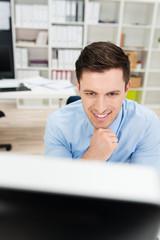 kreativer mitarbeiter schaut auf bildschirm