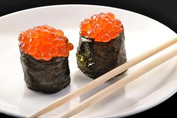Sushi roll con huevos de salmón,Huevos de pescado.