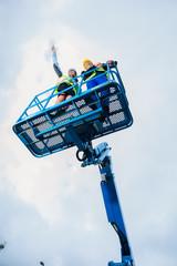 Bauarbeiter auf einer hydraulischen Hebebühne
