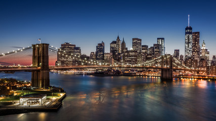 Fotomurales - Brooklyn Bridge and Downtown Manhattan at dusk