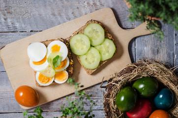 Belegtes Brot mit Ei und Gurke