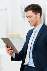 manager liest am tablet-pc