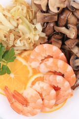 Shrimps and champignons with lemon slices.