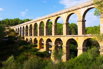 Photo sur Aluminium Voies ferrées Antique roman aqueduct in Tarragona