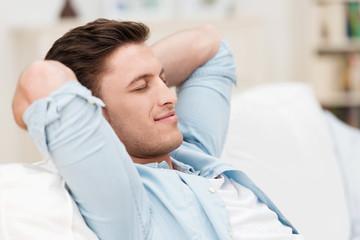 mann entspannt zu hause