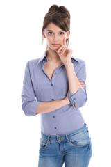 Hübsche junge Frau in Bluse und Jeans freigestellt