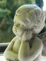 Engel sitzt auf Fensterbank