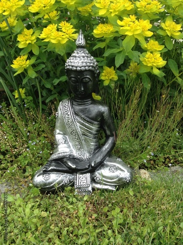 Buddha Figur Im Garten Stock Photo And Royalty Free Images On