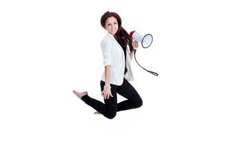 Geschäftsfrau mit Megafon springt und schreit