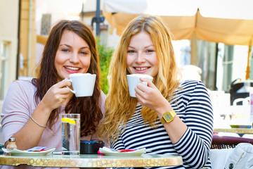 Zwei junge Frauen im Cafe