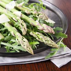 grüner spargel mit rucola und parmesan