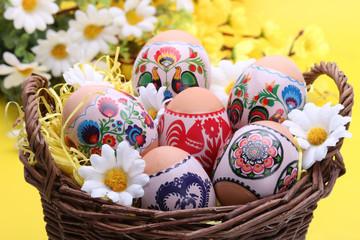 Koszyk wielkanocny z jajkami