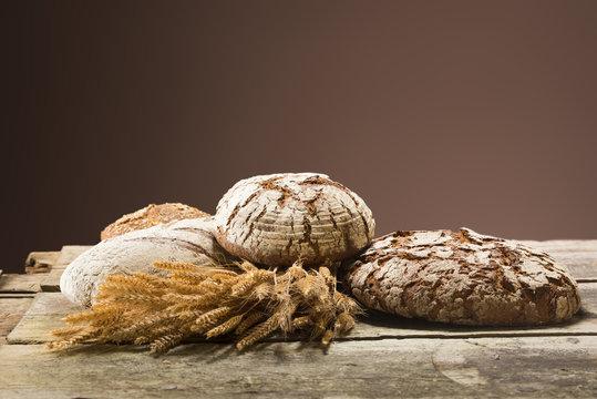 Brot und Getreide auf Holztisch