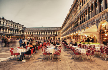 Foto op Plexiglas Venetie VENICE, ITALY - MAR 23, 2014: Tourists enjoy cafe in Piazza San