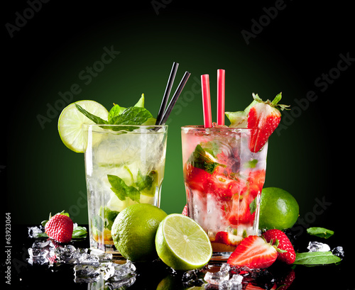 mojito drinks on black background stockfotos und. Black Bedroom Furniture Sets. Home Design Ideas