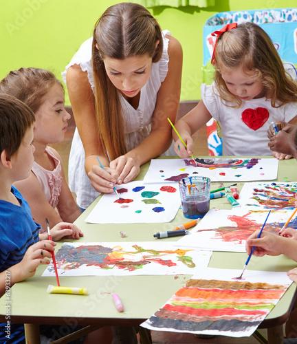 Erzieher und kinder malen im kindergarten stockfotos und lizenzfreie bilder auf - Menschen malen lernen kindergarten ...