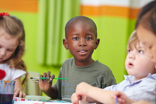 Kinder in Vorschule malen mit Pinsel und Farbe