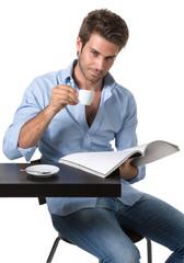 Uomo casual al bar beve caffè e legge rivista