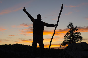 şafak vakti güneşi bekleyen dağcı