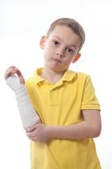 Junge mit Gips Verband rechter Arm