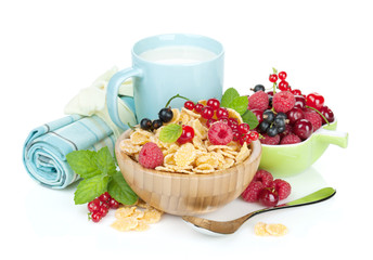 Fresh corn flakes with berries and milk