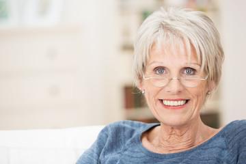 moderne seniorin mit lesebrille