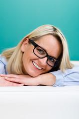 entspannte ältere frau mit brille