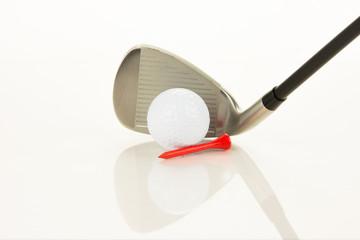 golfschläger, golfball und tee