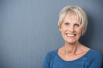 glückliche ältere dame mit kurzen haaren